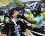 香港警察为他刚刚出手伤害的市民冲洗眼睛(余钢/大纪元)