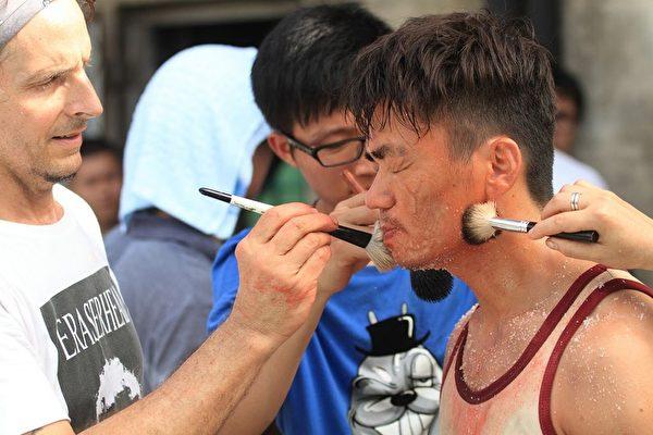 特效化妆人员替王宝强化妆。(华映提供)