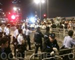 数百人凌晨包围港特首办 要梁振英下台