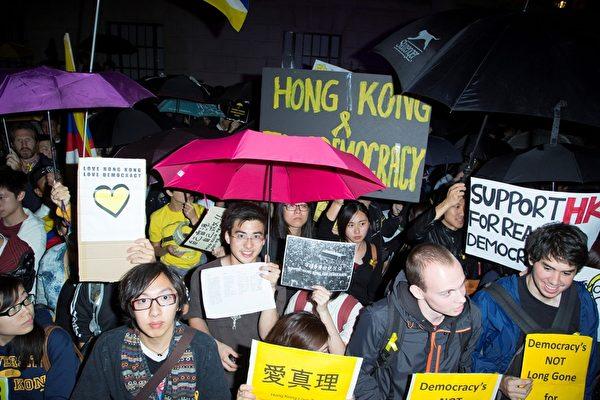 10月1日晚,伦敦三千余在英港人以及各界人士聚集中使馆前,声援香港太阳伞民运。(Simon Gross/大纪元)