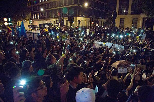 10月1日晚 ,伦敦三千余在英港人以及各界人士聚集中使馆前, 声援香港太阳伞民运。(Simon Gross大纪元)