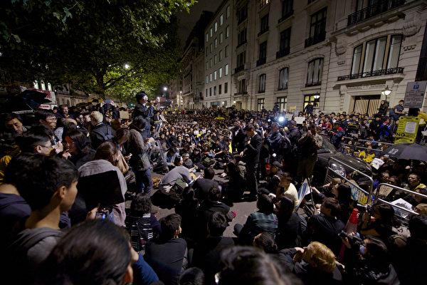 10月1日晚,伦敦三千余在英港人以及各界人士聚集中使馆前,声援香港太阳伞民运。(文正/大纪元)