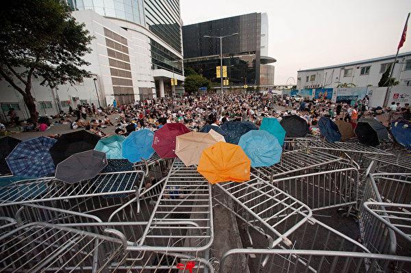 2014年9月28日,香港,民眾將傘放在警方設置的路障上。(Anthony Kwan/Getty Images)