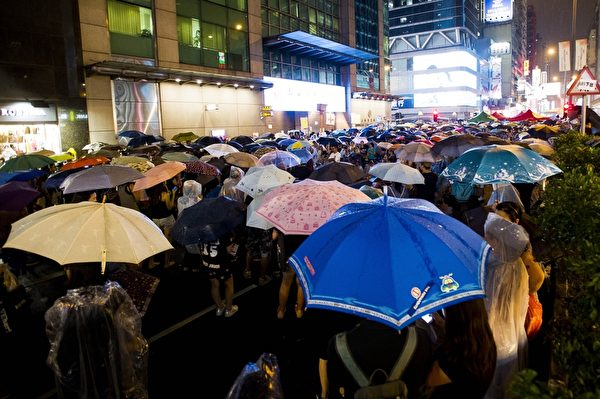 2014年10月1日,數以萬計的集會者依然聚集於香港最熱鬧的街道上。(Photo credit should read XAUME OLLEROS/AFP/Getty Images)