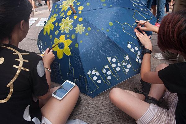 2014年10月1日,在香港銅鑼灣集會者正在彩繪一把傘。(Anthony Kwan/Getty Images)