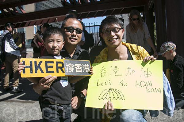 在中國城花園角支持香港的人士。(周鳳臨/大紀元)