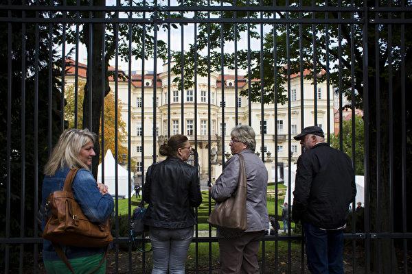 2014年9月30日,纪念数以千计的东德难民通过西德驻布拉格使馆奔向西方自由世界25周年。图为民众在大使馆大门前。(Matej Divizna/Getty Images)