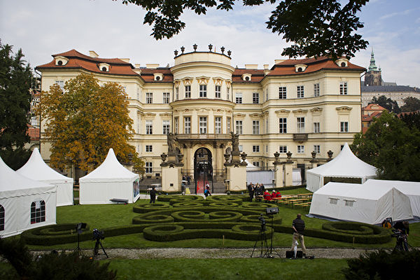 2014年9月30日,纪念数以千计的东德难民通过西德驻布拉格使馆奔向西方自由世界25周年,在德国驻布拉格的使馆花园举行。(Matej Divizna/Getty Images)