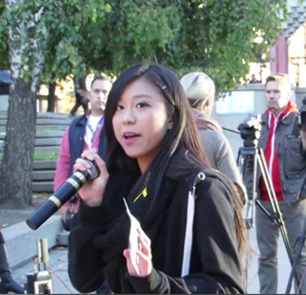 2014年10月1日晚,數百名卡爾加里市民在奧林匹克廣場舉行集會,支持香港太陽傘革命。集會主持人梁可可(Coco Leung)號召大家站出來,支持香港市民的民主運動。 (吳偉林/大紀元)