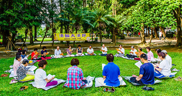 在台南東寧公園大草地上,每日清晨約二、三十位法輪功學員煉功完會繼續學法至八點三十分,十幾年來從未間斷。(明慧網)