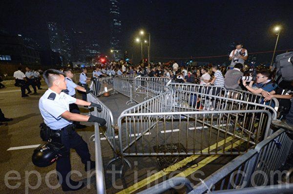 警方在特首办布防,与示威者对峙。(宋祥龙/大纪元)