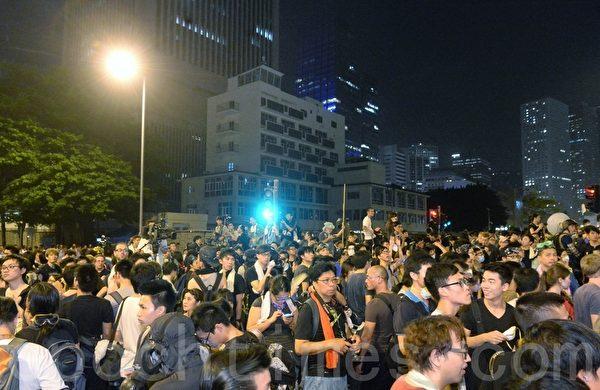 学联要求特首梁振英下台限期届满前,大批学生和民众在香港特首办外集会。(宋祥龙/大纪元)