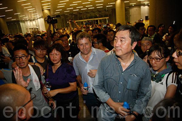 10月2日深夜约11时半,香港大学校长马斐森(中)、中文大学校长沈祖尧(右)现身特首办现场看望学生,赞扬学生的表现,呼吁他们把安全放在第一位。(潘在殊/大纪元)