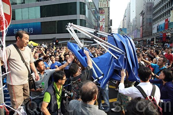 中共黑社会黑帮成员冒充市民身份,恐吓、辱骂和袭击参与雨伞革命集会的市民,多次暴力掀翻现场的大型帐篷。(潘在殊/大纪元)