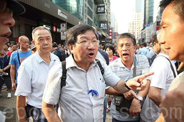 """亲共组织""""爱港之声""""主席高达斌在场指挥""""反占中""""人士。(潘在殊/大纪元)"""