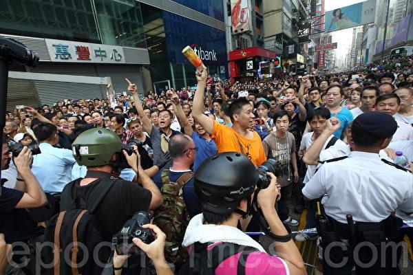 中共黑社会黑帮成员冒充市民身份,恐吓、辱骂和袭击参与雨伞革命集会的市民。(潘在殊/大纪元)