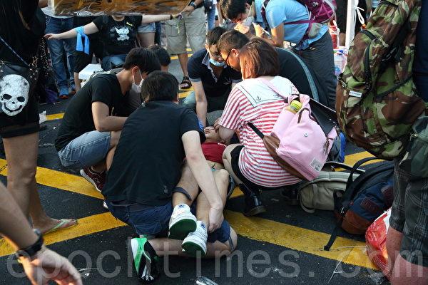 有参与雨伞革命的香港民众受伤。(潘在殊/大纪元)