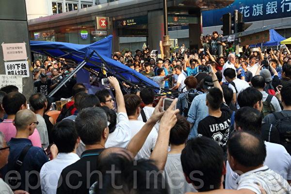 中共黑社会黑帮成员冒充市民身份,恐吓、辱骂和袭击参与雨伞革命集会的市民,多次暴力掀翻大型帐篷。(潘在殊/大纪元)