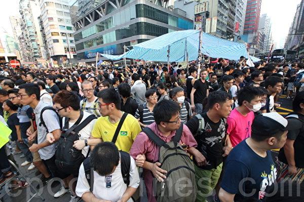 参与雨伞革命的香港民众手拉着手坚守现场。(潘在殊/大纪元)