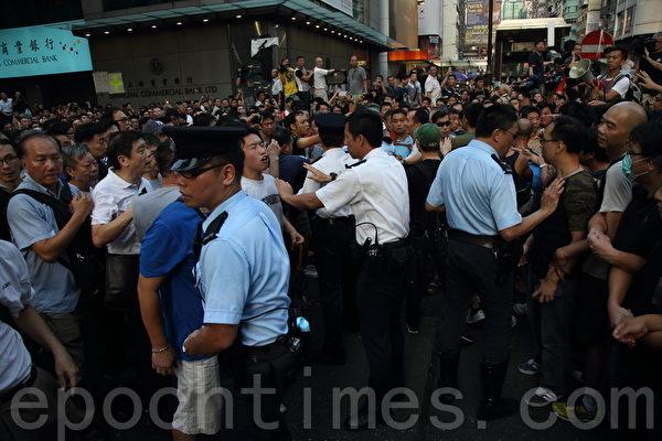 中共黑社会黑帮成员冒充市民身份,恐吓、辱骂和袭击参与雨伞革命集会的市民,现场警力单薄,警员试图阻挡闹事者。(潘在殊/大纪元)