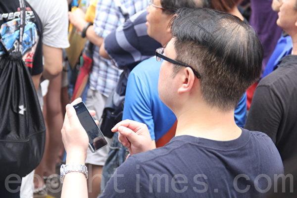 「反佔中」人士觀察現場,用手機短訊匯報。(胡思仁/大紀元)