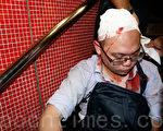 10月3日,香港市民熊先生被反佔中人士用硬物毆打致頭破血流。(蔡雯文/大紀元)