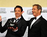 小罗伯特•唐尼(左)凭借《钢铁侠》等片荣膺2011年美国先锋电影奖,与颁奖嘉宾梅尔•吉布森合影。(Alberto E. Rodriguez/Getty Images)