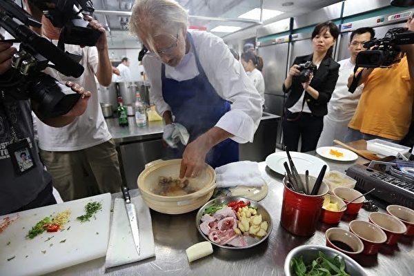 皮耶‧加尼葉以台灣在地食材,佐以葡萄柚皮,百香果泥、橄欖油、雪莉酒,即席創作出「法式皮耶版三杯雞」,以此送給台灣做見面禮。(Thomas Chien法式餐廳提供)