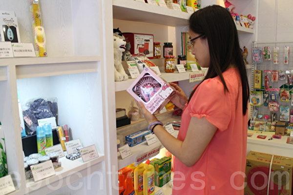 靠着不要的书报杂志、瓶瓶罐罐,累积不少点数,换酱油、牙膏、米、沐浴乳等生活必需品。(施芝吟 /大纪元)