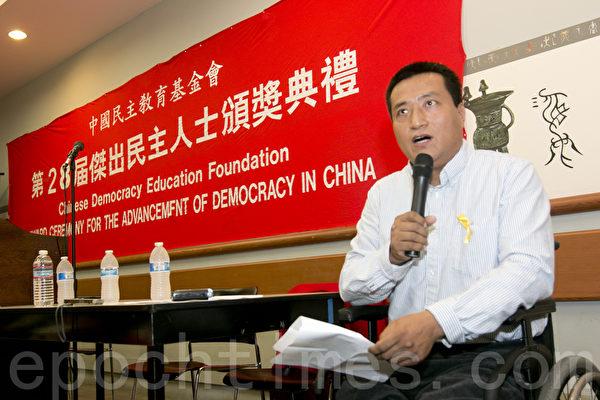 2014年10月4日,中國民主教育基金會第28屆傑出民主人士頒獎典禮在舊金山舉行。民主基金會會長方政致頒獎詞。(馬有志/大紀元)