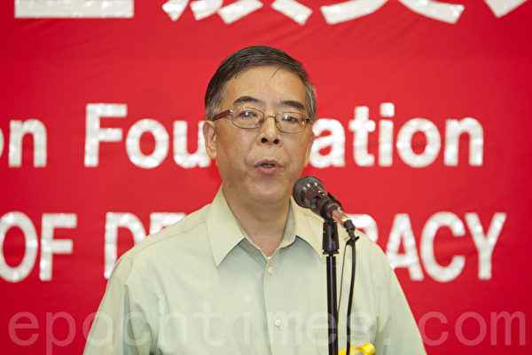 2014年10月4日,中國民主教育基金會第28屆傑出民主人士頒獎典禮在舊金山舉行。89民運的參與者、史學家吳仁華在領獎時發言。(馬有志/大紀元)