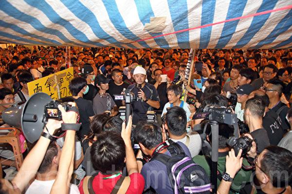 """10月5日,香港""""雨伞运动""""进入第七天,学生和市民坚守在遭到中共黑帮冲击的旺角集会点。(潘在殊/大纪元)"""