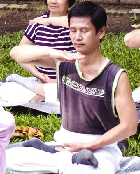 赵俊雄每天清晨到东宁炼功点炼功学法,修心重德,十几年来无病一身轻。(明慧网)