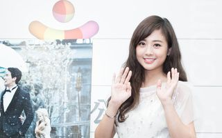 艺人吴映洁(鬼鬼)10月6日在台北出席代言活动,一袭镶钻贴身白纱亮相。(陈柏州/大纪元)