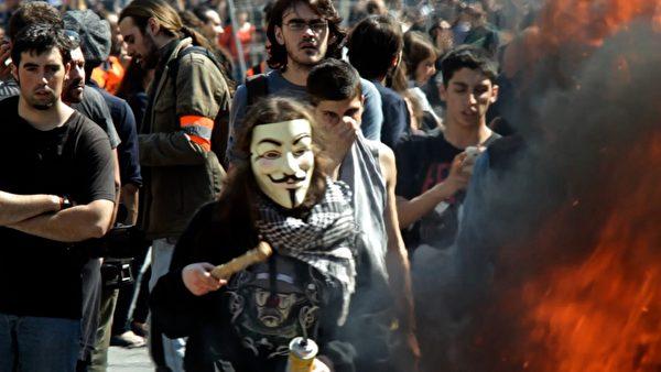 第九屆「台灣國際紀錄片影展」將播放記錄西班牙大罷工、催淚彈和汽油彈齊飛的《示威嘉年華》。(TIDF提供)