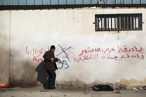 第九屆「台灣國際紀錄片影展」將播放用順暢的節奏捕捉街邊白牆的塗鴉,訴說茉莉花革命前後社會騷動與人民嘶吼的《突尼西亞你好嗎》。(TIDF提供)