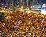 由於香港政府單方面擱置與學聯的對話,10萬港人10月10日晚到金鐘政府總部旁集會,要求涉貪的特首梁振英下台。(潘在殊/大紀元)
