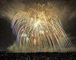 日本埼玉縣鴻巢市11日舉行施放煙火大會,成功施放重達460公斤、直徑約120公分的大型煙火,獲得金氏紀錄認證是世界上最重的煙火。圖為煙火璀燦登場的畫面。(共同社提供)