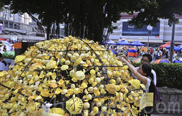 金鐘雨傘廣場最別緻的雨傘裝置。(余鋼/大紀元)