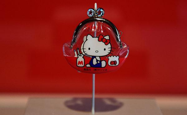 10月10日,Hello Kitty40週年特展在洛杉磯日美國家博物館舉行。圖為第一款Hello Kitty形象的產品乙烯錢包。(Frederic J. BROWN/AFP)