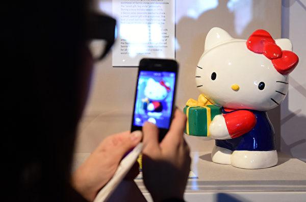 10月10日,Hello Kitty40週年特展在洛杉磯日美國家博物館舉行。(Frederic J. BROWN/AFP)
