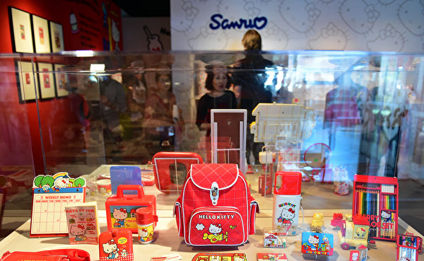 10月10日,Hello Kitty40週年特展在洛杉磯日美國家博物館舉行。圖為第一款Hello Kitty的周邊商品。(Frederic J. BROWN/AFP)