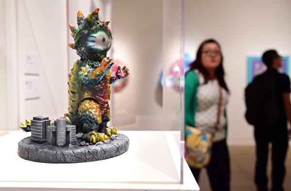 10月10日,Hello Kitty40週年特展在洛杉磯日美國家博物館舉行。圖為Hello Kitty偽裝成哥斯拉。(Frederic J. BROWN/AFP)
