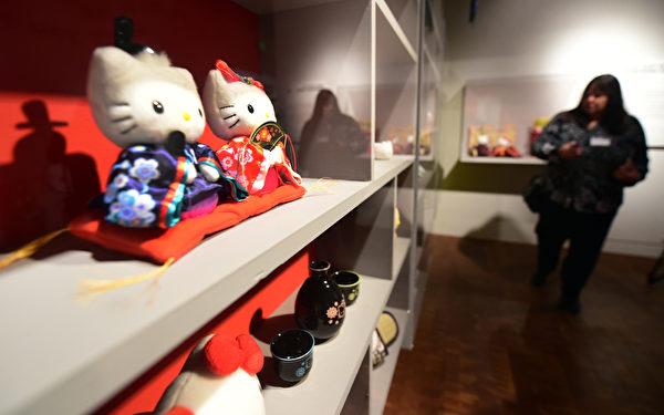 10月10日,Hello Kitty40週年特展在洛杉磯日美國家博物館舉行。圖為Hello Kitty的周邊商品。(Frederic J. BROWN/AFP)