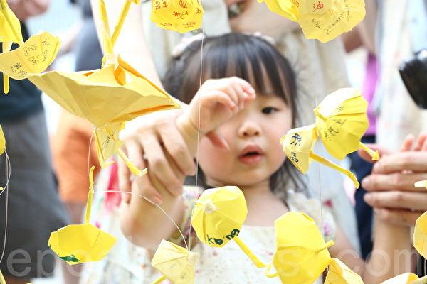 香港「雨傘運動」持續超過兩個星期,不少市民響應學民思潮和學聯的呼籲,一人一帳篷,在金鐘政府總部旁的「雨傘廣場」紮營為寨,長期抗爭。(蔡雯文/大紀元)