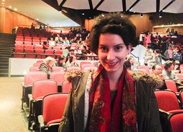 """10月12日,俄国时尚设计师Anna Kilikova女士看过中国古典舞大赛后表示:""""这样的亚洲文化和服饰将引领未来的时尚潮流﹗""""(陈天成/大纪元)"""