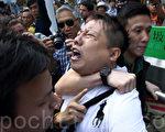 中共策劃的反佔中者10月13日移除金鐘道部分雨傘運動的3路障後,不少雨傘運動人士重新加固路障,但隨即被便衣警察喝止,反問他們「是否黑社會」,並用警棍武力拘捕一名雨傘運動,一度引發在場的市民與警方對峙。(潘在殊/大紀元)