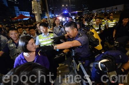 15日警方凌晨约3时武力清场。大批警察涌至龙和道,与示威者推撞,防暴警用警棍驱赶示威者,亦曾施放胡椒喷雾驱散。(宋祥龙/大纪元)