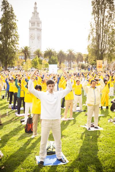 10月15日,2014舊金山法會期間,來自全球的部份法輪功學員在一起煉功。(愛德華/大紀元)