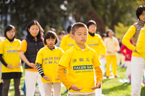 10月15日,2014舊金山法會期間,來自全球的部份法輪功學員在一起煉功。(戴兵/大紀元)